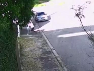 Em vídeo homem aparece tentando estuprar estudante que saiu da escola