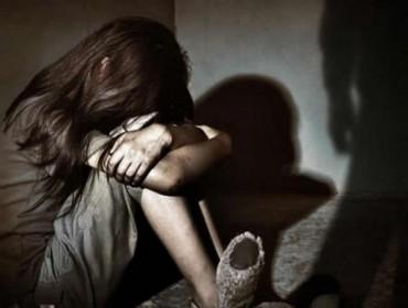 Mãe é presa por participação em estrupo da filha de 13 anos; fez fotografias