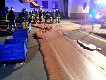 Rua fica coberta de chocolate após vazamento em fábrica