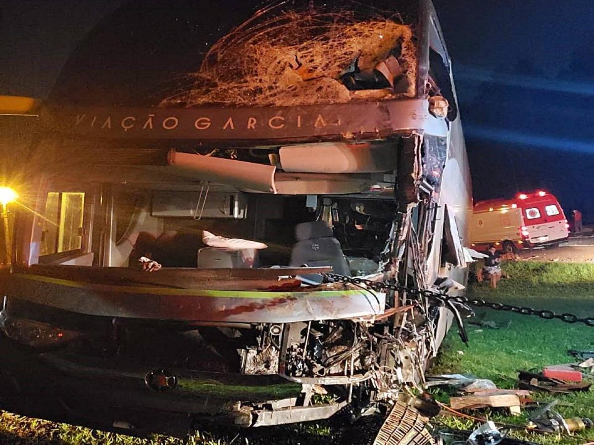 Ônibus que saiu de Loanda sofre acidente em Mauá da Serra