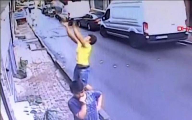 Vídeo mostra imigrante salvando bebê que caiu de prédio na Turquia