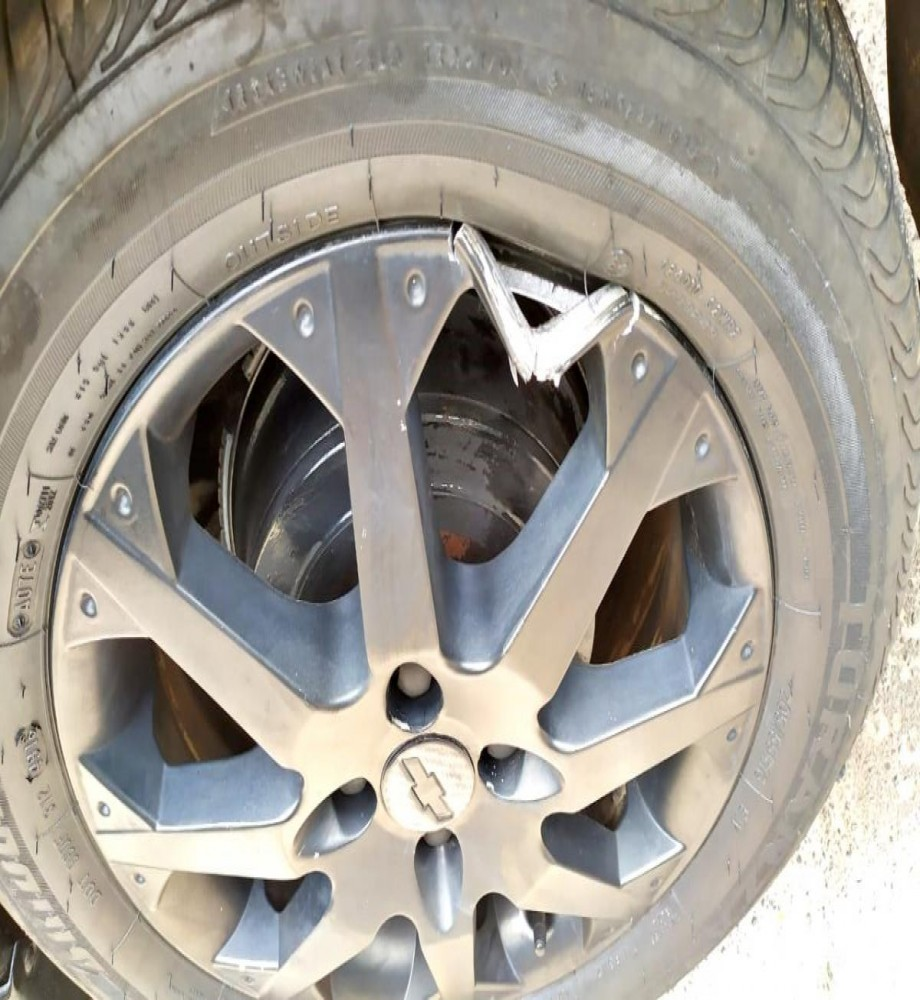 Motorista posta foto de roda quebrada devido a buraco na PR  próximo a nova Olímpia