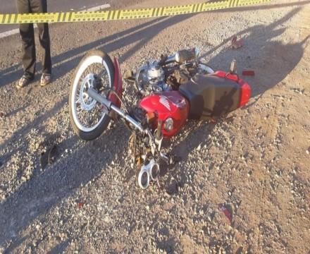 Acidente entre moto e caminhão na PR-323 deixa uma pessoa morta e outra ferida