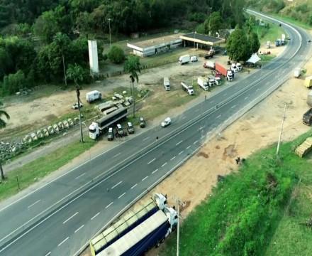 Após novo apelo do governo, caminhoneiros bolsonaristas começam a liberar rodovias