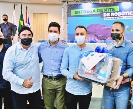 Prefeito Roberto Corredato e o diretor do colégio castro Alves Gustavo Zolin recebem kit robótica