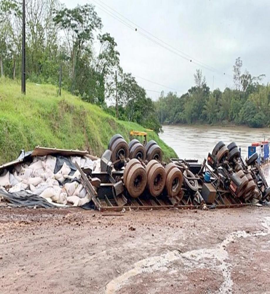 Motorista morre em capotamento de caminhão próximo à balsa em São Carlos do Ivaí