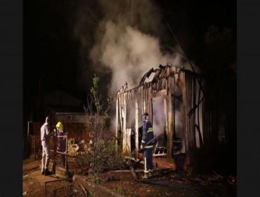 Mulher briga com o marido, põe fogo na casa e morre carbonizada