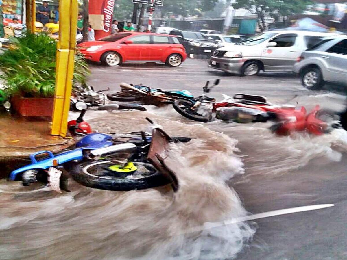 Vídeo: Chuva provoca alagamentos e destruição em Foz